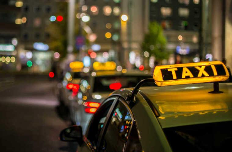 深夜にタクシーを呼ぶテクニックと予約方法