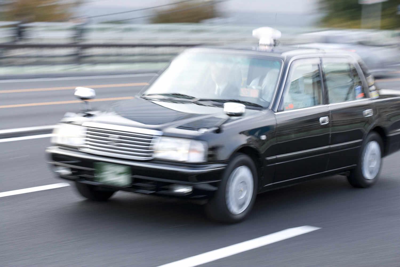 タクシーを使って移動する