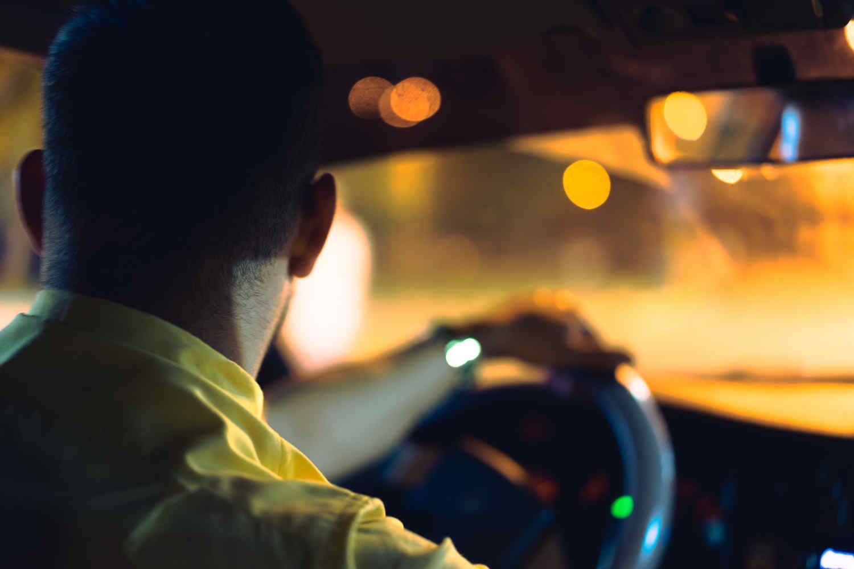 深夜にタクシーを呼ぶ
